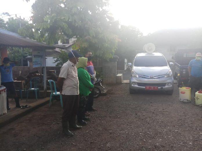 Pemdes Bilalang Satu Bersama Camat Kotamobagu Utara Lakukan Disinfektan Rumah Warga